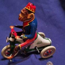 Juguetes antiguos de hojalata: MONO EN TRICICLO DE HOJALATA. Lote 172913643