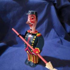 Juguetes antiguos de hojalata: BARRENDERO DE HOJALATA. Lote 172968353