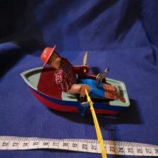Juguetes antiguos de hojalata: HOMBRE EN BOTE DE HOJALATA. Lote 172968419