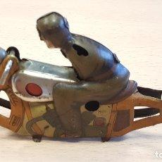 Juguetes antiguos de hojalata: MOTO NO CAE DE PAYÁ INCOMPLETA. Lote 173504539