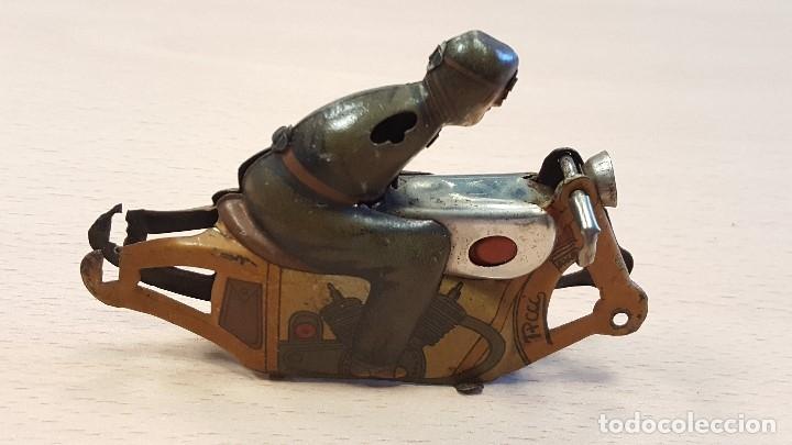 Juguetes antiguos de hojalata: MOTO NO CAE DE PAYÁ INCOMPLETA - Foto 2 - 173504539