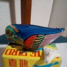Juguetes antiguos de hojalata: PAJARO HOJALATA BLUE BIRD A CUERDA EN SU CAJA. Lote 173661553