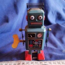 Juguetes antiguos de hojalata: ROBOT DE HOJALATA. Lote 173979827