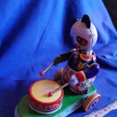 Juguetes antiguos de hojalata: OSO PANDA CON TAMBOR, DE HOJALATA. Lote 173981922