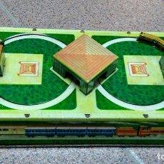 Juguetes antiguos de hojalata: DIORAMA DE TREN DE LATÓN A CUERDA. Lote 174087505