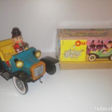 Juguetes antiguos de hojalata: COCHE EN HOJALATA. OLD FASHIONED CAR. TN TOYS. MADE IN JAPAN. AÑOS 60. A PILAS. Lote 174113952