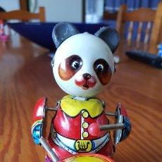 Juguetes antiguos de hojalata: ANTIGUO OSO PANDA CON TAMBOR DE HOJALATA A CUERDA. MADE IN CHINA. FUNCIONA CORRECTAMENTE.. Lote 216954297
