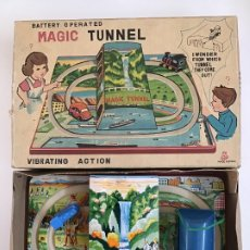 Juguetes antiguos de hojalata: PISTA DE TREN Y COCHE, MAGIC TUNNEL, MADE IN JAPAN . Lote 175839444