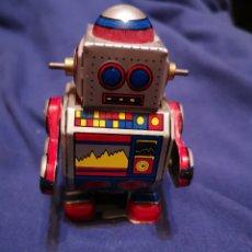 Juguetes antiguos de hojalata: ROBOT DE HOJALATA. Lote 176300625