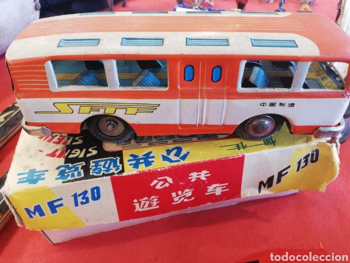 Juguetes antiguos de hojalata: Antiguo autobús de hojalata de fricción en su caja.. Creo q es de finales 50.. Principio 60.. 25 cm - Foto 2 - 177662239