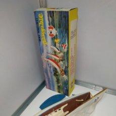 Juguetes antiguos de hojalata: JUGUETE ANTIGUO VELERO DE LOS AÑOS 60 EN BUEN ESTADO CON SU CAJA ORIGINAL. BALANDRO NAVEGABLE GINER. Lote 178066302