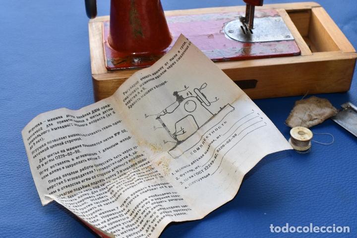 Juguetes antiguos de hojalata: MAQUINA DE COSER DE JUGUETE MADE IN USSR DE 25 POR 12 CM DE BASE Y 18 CM DE ALTO - Foto 9 - 178890727