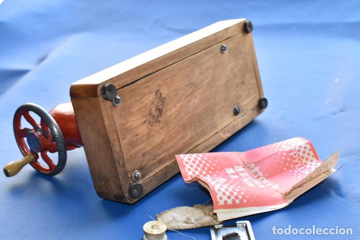 Juguetes antiguos de hojalata: MAQUINA DE COSER DE JUGUETE MADE IN USSR DE 25 POR 12 CM DE BASE Y 18 CM DE ALTO - Foto 10 - 178890727