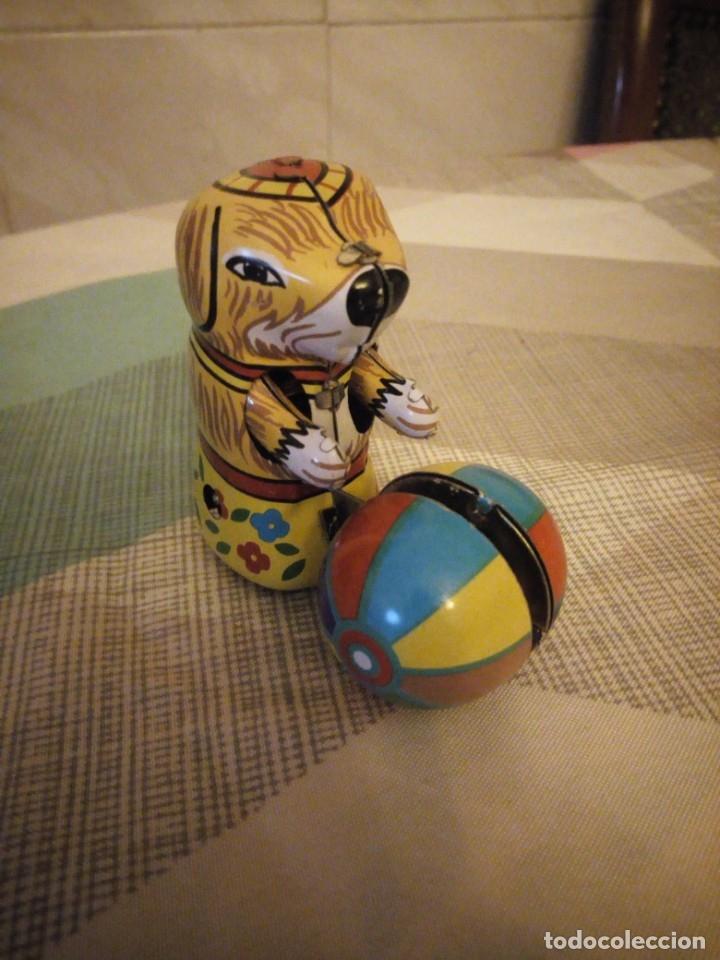 Juguetes antiguos de hojalata: perro con pelota de hojalata,a cuerda,litografiado. años 90 - Foto 2 - 180283198