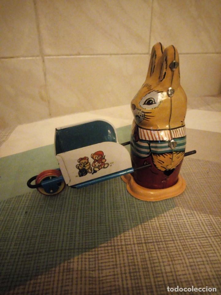 Juguetes antiguos de hojalata: Conejo con carretilla de hojalata, ms 254 ,litografiado a cuerda,años 90. - Foto 2 - 180283405