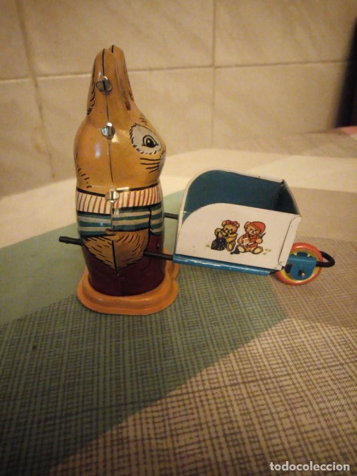 Juguetes antiguos de hojalata: Conejo con carretilla de hojalata, ms 254 ,litografiado a cuerda,años 90. - Foto 3 - 180283405