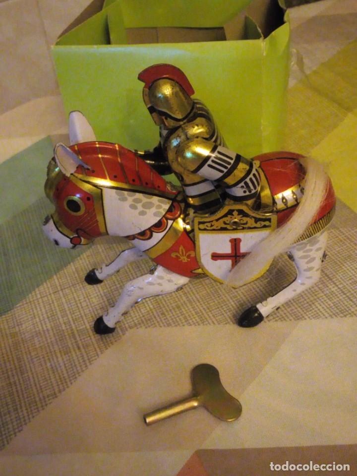 Juguetes antiguos de hojalata: caballero medieval de hojalata litografiado a cuerda. años 90 - Foto 3 - 180284028