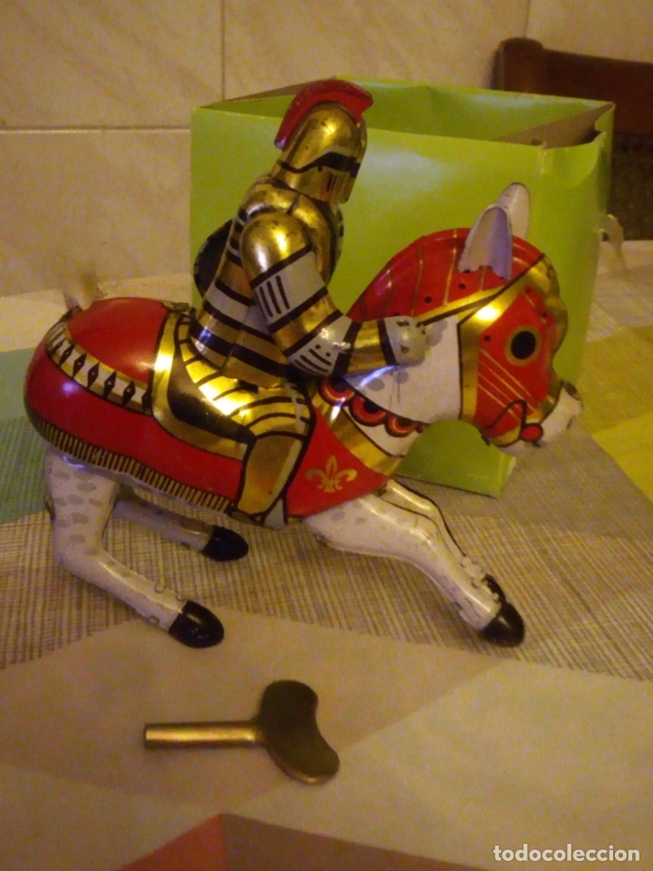 Juguetes antiguos de hojalata: caballero medieval de hojalata litografiado a cuerda. años 90 - Foto 4 - 180284028