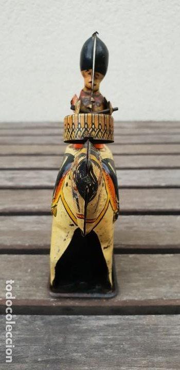 Juguetes antiguos de hojalata: SOLDADO INGLES DE HOJALATA (LATA) TOCANDO EL TAMBOR MONTADO EN CABALLO - PROV PAT 23710 - GT BRITAIN - Foto 3 - 183399540
