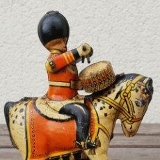 Juguetes antiguos de hojalata: SOLDADO INGLES DE HOJALATA (LATA) TOCANDO EL TAMBOR MONTADO EN CABALLO - PROV PAT 23710 - GT BRITAIN. Lote 183399540