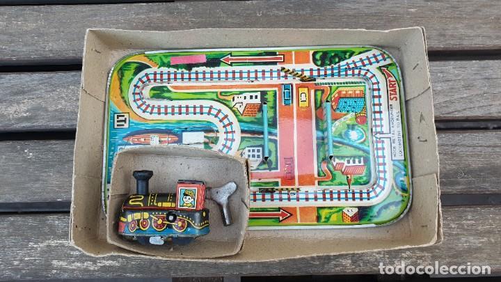 Juguetes antiguos de hojalata: CIRCUITO DE HOJALATA (LATA) MECHANICAL MAGIC CROSS ROAD EN SU CAJA ORIGINAL A CUERDA. FUNCIONA OK. - Foto 2 - 183815088