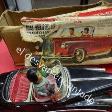 Juguetes antiguos de hojalata: MUY ANTIGUO COCHE CON FOTÓGRAFA. MADE IN CHINA. ALGUNA FALTA. AÑOS 1960S. CAJA DETERORADA. . Lote 183833775