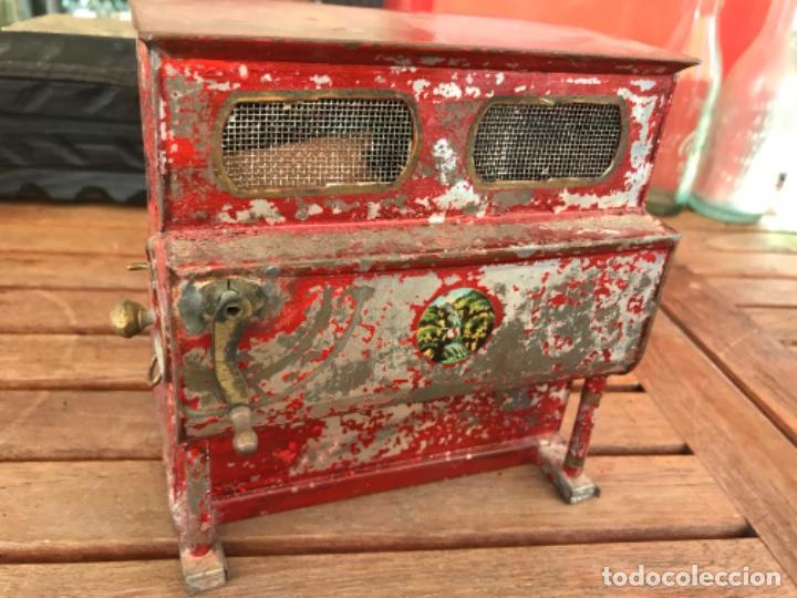 Juguetes antiguos de hojalata: Juguete Antiguo Organillo Pianola Manivela. Hojalata. Original año 1890 (Siglo XIX). No funciona - Foto 7 - 184435836
