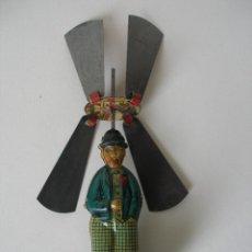 Juguetes antiguos de hojalata: HOMBRE PARAGUAS HÉLICES CHARLOT RICO AÑOS 30. Lote 186169735