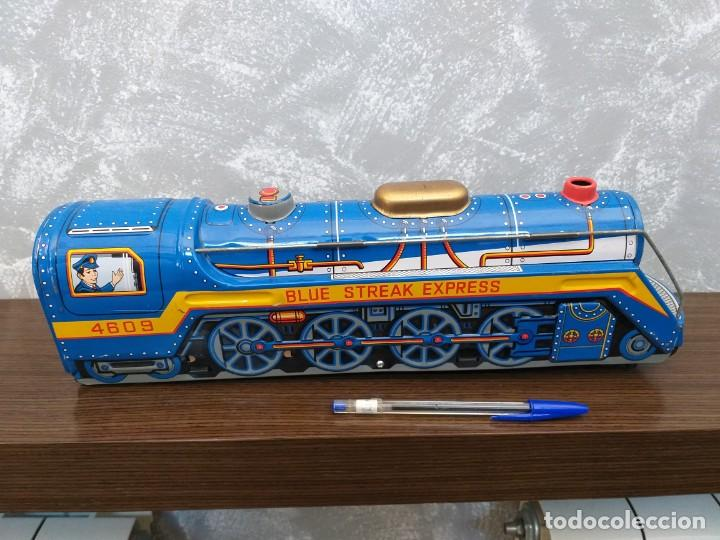 Juguetes antiguos de hojalata: antigua locomotora hojalata blue streak express trade mark modern toys made in japan funcionando - Foto 4 - 186437385