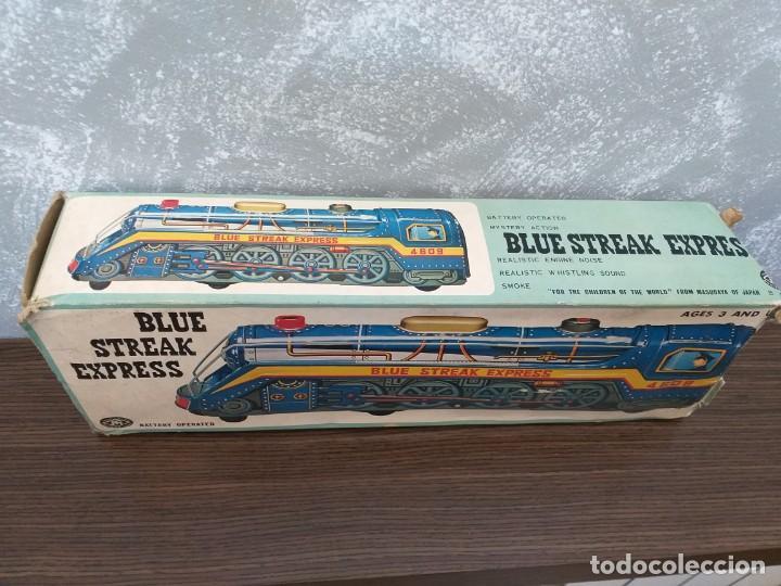 Juguetes antiguos de hojalata: antigua locomotora hojalata blue streak express trade mark modern toys made in japan funcionando - Foto 10 - 186437385