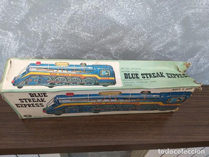 Juguetes antiguos de hojalata: antigua locomotora hojalata blue streak express trade mark modern toys made in japan funcionando - Foto 11 - 186437385