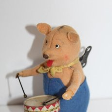 Juguetes antiguos de hojalata: ANTIGUO CERDITO MUSICO CON TAMBOR DE HOJALATA A CUERDA - SCHUCO MADE IN GERMANI. Lote 186698388