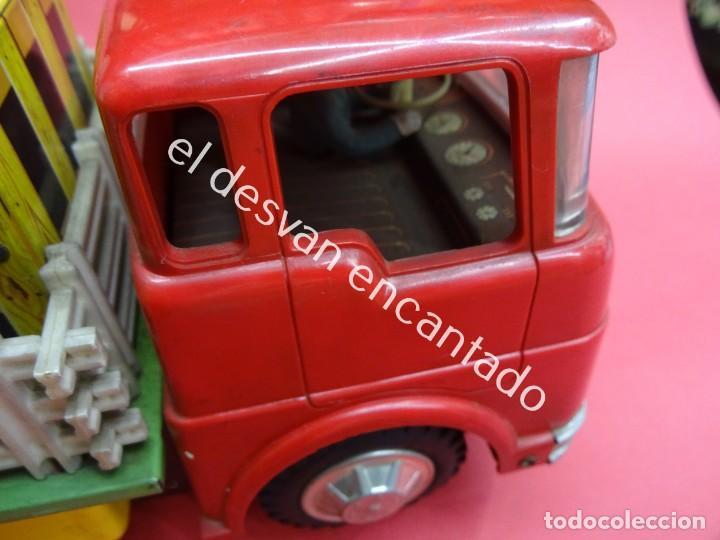 Juguetes antiguos de hojalata: Antiguo camion transporte ganado MC DONALDS FARM TRUCK. Made in Japan. Años 1960s - Foto 5 - 188407282