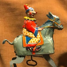 Juguetes antiguos de hojalata: ANTIGUO PAYASO SOBRE BURRO - HOJALATA. Lote 189726058
