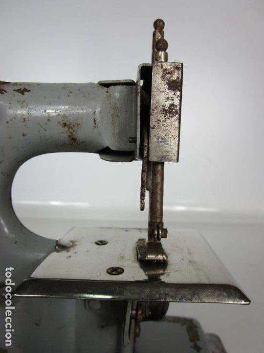 Juguetes antiguos de hojalata: Antigua Maquina de Coser de Juguete - Marca Sama nº 3 - Hojalata - Años 50 - Foto 4 - 191093026