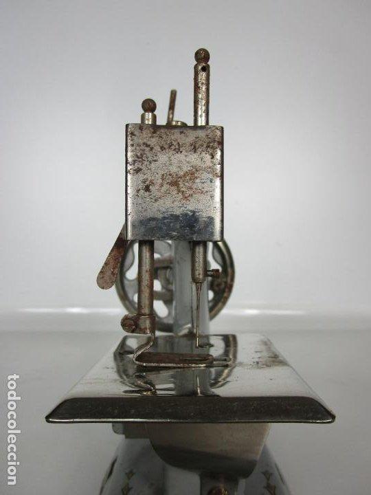 Juguetes antiguos de hojalata: Antigua Maquina de Coser de Juguete - Marca Sama nº 3 - Hojalata - Años 50 - Foto 5 - 191093026