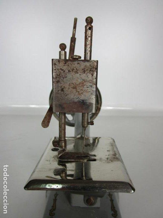 Juguetes antiguos de hojalata: Antigua Maquina de Coser de Juguete - Marca Sama nº 3 - Hojalata - Años 50 - Foto 6 - 191093026