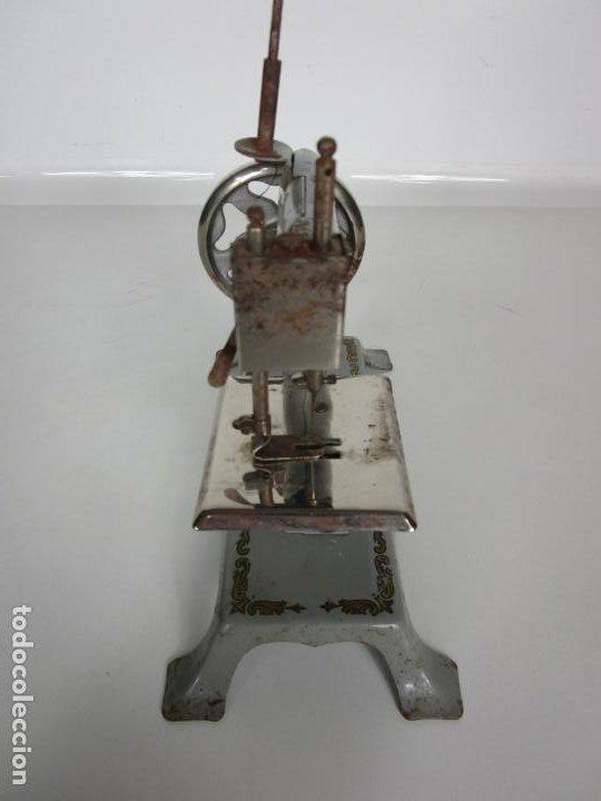 Juguetes antiguos de hojalata: Antigua Maquina de Coser de Juguete - Marca Sama nº 3 - Hojalata - Años 50 - Foto 7 - 191093026