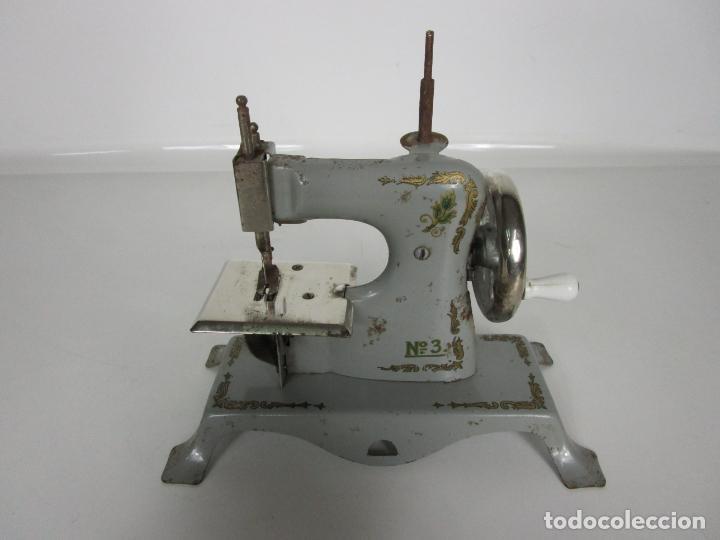 Juguetes antiguos de hojalata: Antigua Maquina de Coser de Juguete - Marca Sama nº 3 - Hojalata - Años 50 - Foto 8 - 191093026