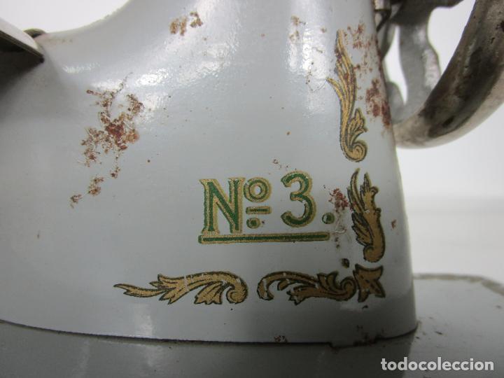Juguetes antiguos de hojalata: Antigua Maquina de Coser de Juguete - Marca Sama nº 3 - Hojalata - Años 50 - Foto 9 - 191093026