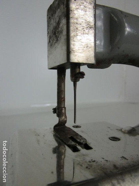 Juguetes antiguos de hojalata: Antigua Maquina de Coser de Juguete - Marca Sama nº 3 - Hojalata - Años 50 - Foto 11 - 191093026