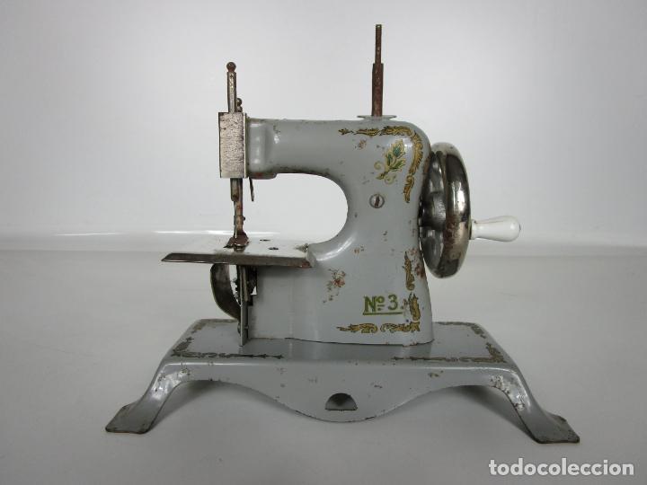 Juguetes antiguos de hojalata: Antigua Maquina de Coser de Juguete - Marca Sama nº 3 - Hojalata - Años 50 - Foto 12 - 191093026