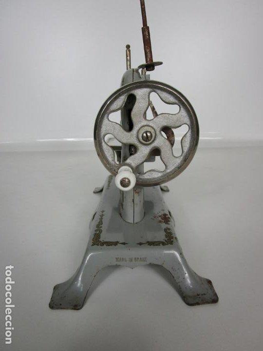 Juguetes antiguos de hojalata: Antigua Maquina de Coser de Juguete - Marca Sama nº 3 - Hojalata - Años 50 - Foto 13 - 191093026