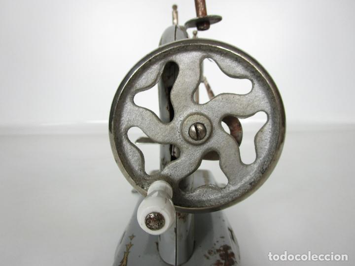 Juguetes antiguos de hojalata: Antigua Maquina de Coser de Juguete - Marca Sama nº 3 - Hojalata - Años 50 - Foto 14 - 191093026