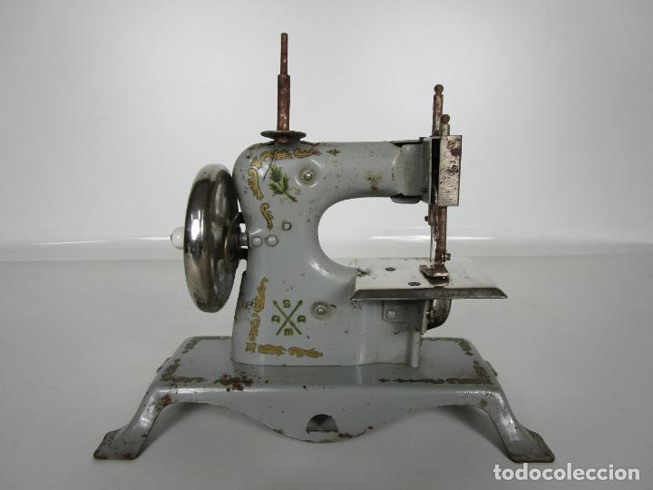 Juguetes antiguos de hojalata: Antigua Maquina de Coser de Juguete - Marca Sama nº 3 - Hojalata - Años 50 - Foto 16 - 191093026