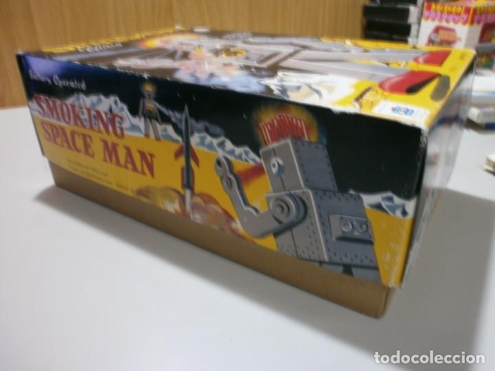 Juguetes antiguos de hojalata: robot de hojalata smoking space man de ha ha toy como nuevo funcionando mide 31 cm - Foto 11 - 191484777