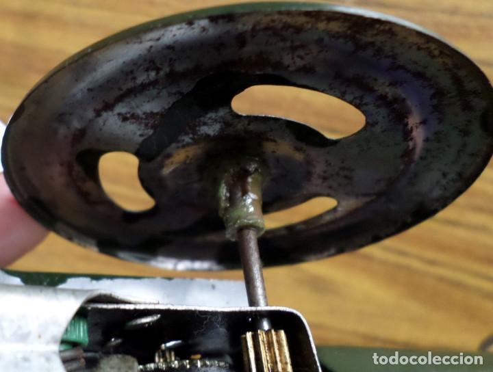 Juguetes antiguos de hojalata: CAÑON de chapa - Apretando la palanca rueda el cañón - Foto 6 - 41080403