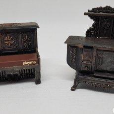 Juguetes antiguos de hojalata: SACAPUNTAS PLAYME PIANO Y MUEBLE COCINA. Lote 192946012