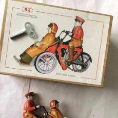 Juguetes antiguos de hojalata: MOTO CON 2 PERSONAS - MARCA NR - NUEVO- 15X11 CM. Lote 193301621