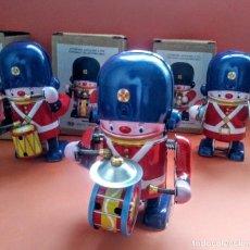 Juguetes antiguos de hojalata: LOTE DE 3 ROBOTS AUTOMATAS A CUERDA. Lote 193668106